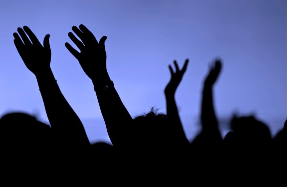 hands-raised-1000